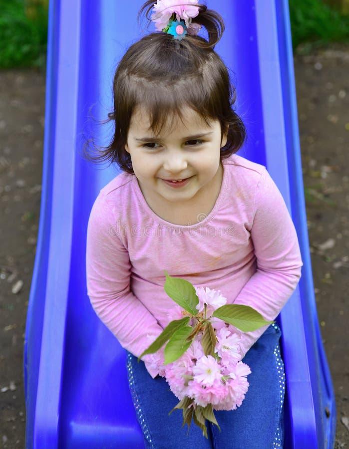 Θερινή ευτυχία παιδί μικρό ομορφιά φυσική Ημέρα παιδιών Μόδα θερινών κοριτσιών παιδική ηλικία ευτυχής Άνοιξη Καιρός στοκ εικόνες με δικαίωμα ελεύθερης χρήσης