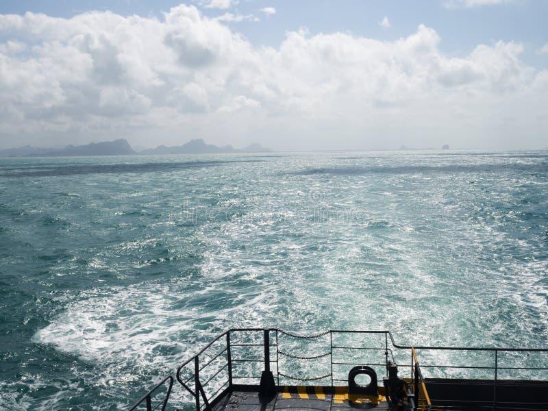 Θερινή ημέρα που ταξιδεύει με το σκάφος πορθμείων επιφάνεια θάλασσας νερού αφρού ιχνών προωστήρων βαρκών στο μπλε πλυσίματος στοκ φωτογραφίες
