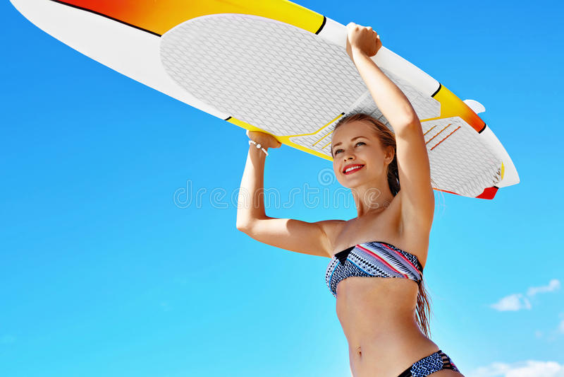 Θερινή διασκέδαση, διακοπές ταξιδιού με σκοπό τις διακοπές σερφ Κορίτσι με την ιστιοσανίδα στοκ φωτογραφία με δικαίωμα ελεύθερης χρήσης