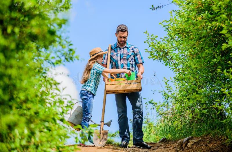 Θερινή καλλιέργεια άτομο αγροτών με το μικρό κορίτσι Άνοιξη και καλοκαίρι το φτυάρι και το πότισμα μπορούν εργαζόμενος παιδιών με στοκ φωτογραφία με δικαίωμα ελεύθερης χρήσης