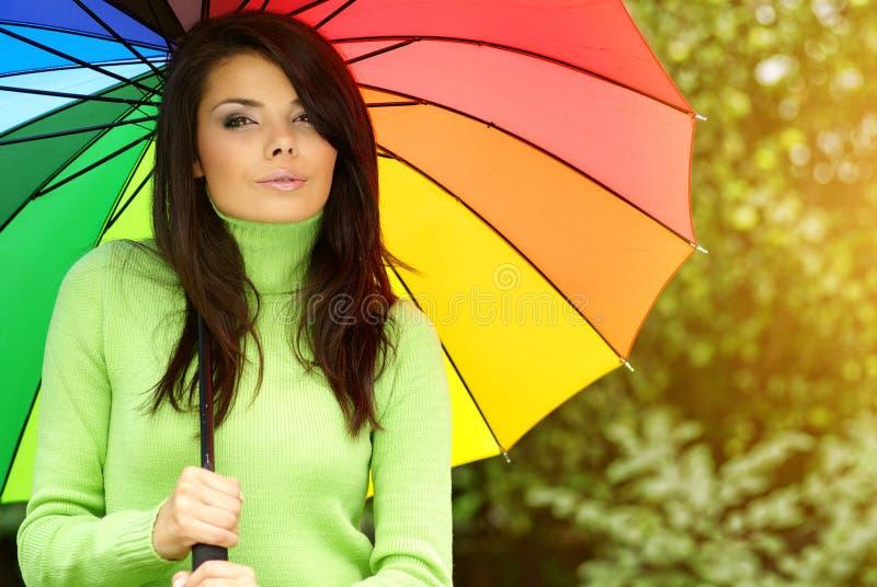θερινή ομπρέλα κοριτσιών στοκ φωτογραφία με δικαίωμα ελεύθερης χρήσης