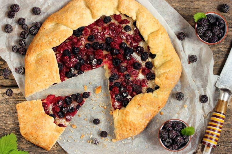 Θερινή πίτα με τα φρέσκα μούρα των μαύρων σμέουρων στοκ φωτογραφία με δικαίωμα ελεύθερης χρήσης