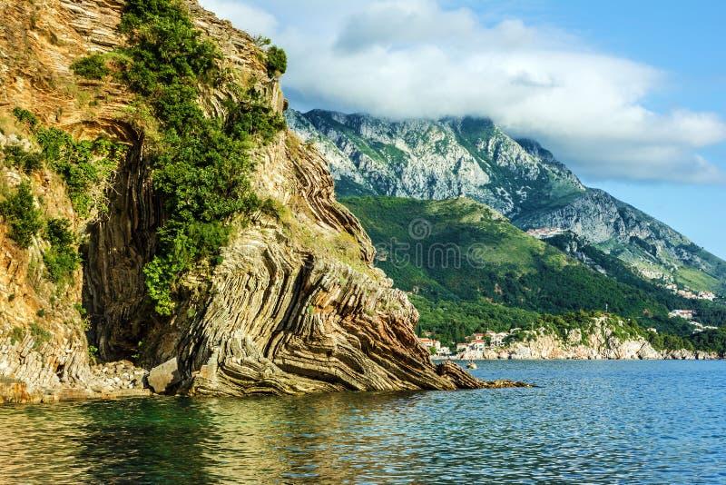 Θερινή παραλία - βράχοι και λόφος, Budva, Μαυροβούνιο στοκ φωτογραφίες με δικαίωμα ελεύθερης χρήσης
