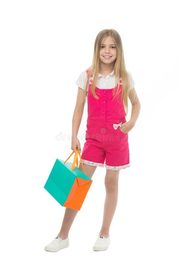 Θερινή πώληση ιματισμού σχεδιαστών παιδιών Ο χαριτωμένος έφηβος κοριτσιών φέρνει την τσάντα αγορών Αγορασμένη παιδί θερινή πώληση στοκ φωτογραφία