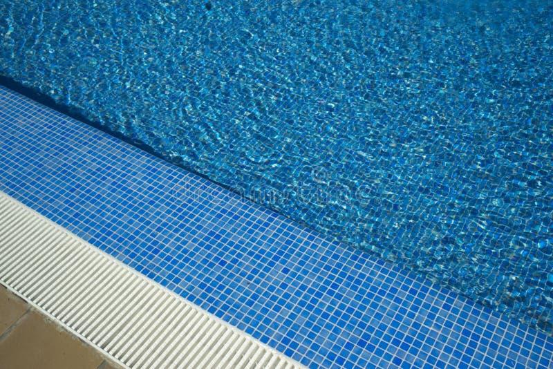 Θερινή υπαίθρια πισίνα στοκ φωτογραφίες με δικαίωμα ελεύθερης χρήσης