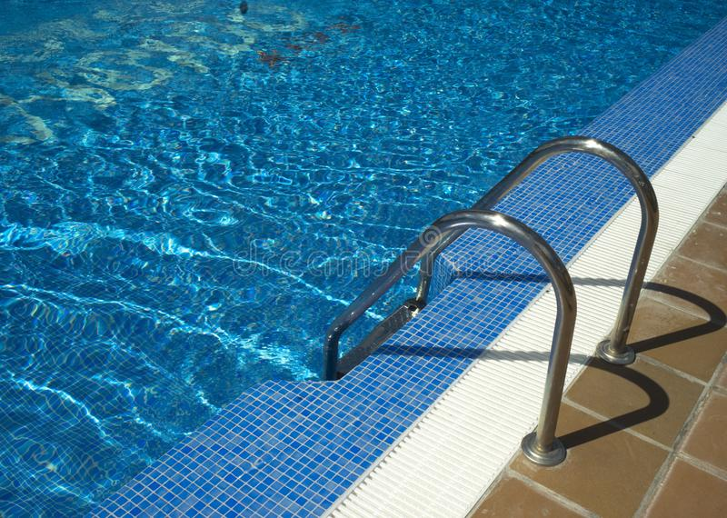 Θερινή υπαίθρια πισίνα στοκ εικόνες με δικαίωμα ελεύθερης χρήσης