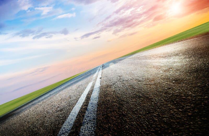 Θερινοί δρόμος, ουρανός, ήλιος και σύννεφα στοκ εικόνες με δικαίωμα ελεύθερης χρήσης