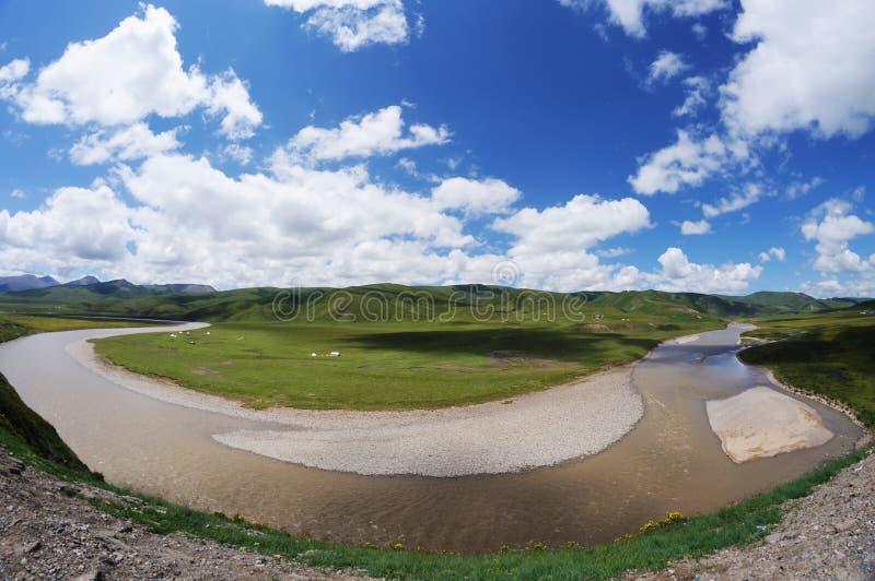 Θερινός ποταμός κάτω από το μπλε ουρανό στοκ εικόνες
