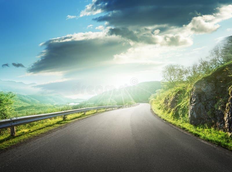Θερινός δρόμος στο βουνό, νησιά Lofoten στοκ εικόνες με δικαίωμα ελεύθερης χρήσης