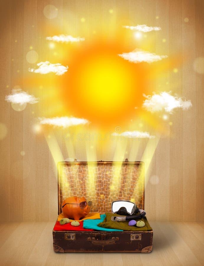 Θερινός φωτεινός ήλιος με τα σύννεφα και την τσάντα τουριστών απεικόνιση αποθεμάτων