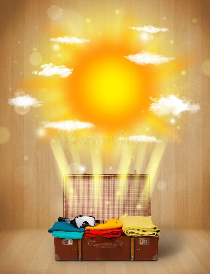 Θερινός φωτεινός ήλιος με τα σύννεφα και την τσάντα τουριστών ελεύθερη απεικόνιση δικαιώματος