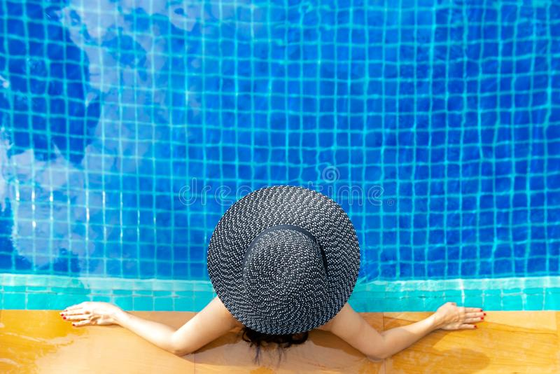 Θερινός χρόνος και διακοπές Τρόπος ζωής γυναικών που χαλαρώνει και ευτυχής στην πισίνα πολυτέλειας sunbath, θερινή ημέρα στο παρα στοκ εικόνες με δικαίωμα ελεύθερης χρήσης