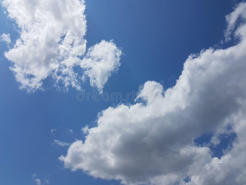 Θερινός cloudscape μπλε ουρανός με φυσικό κενό κενό υπόβαθρο ατμόσφαιρας σύννεφων το νεφελώδες στοκ φωτογραφία