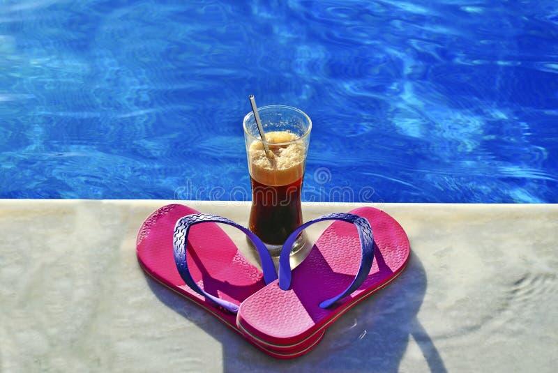 Θερινό εικονίδιο - πισίνα - κρύα ρόδινα λουριά καφέ στοκ φωτογραφίες