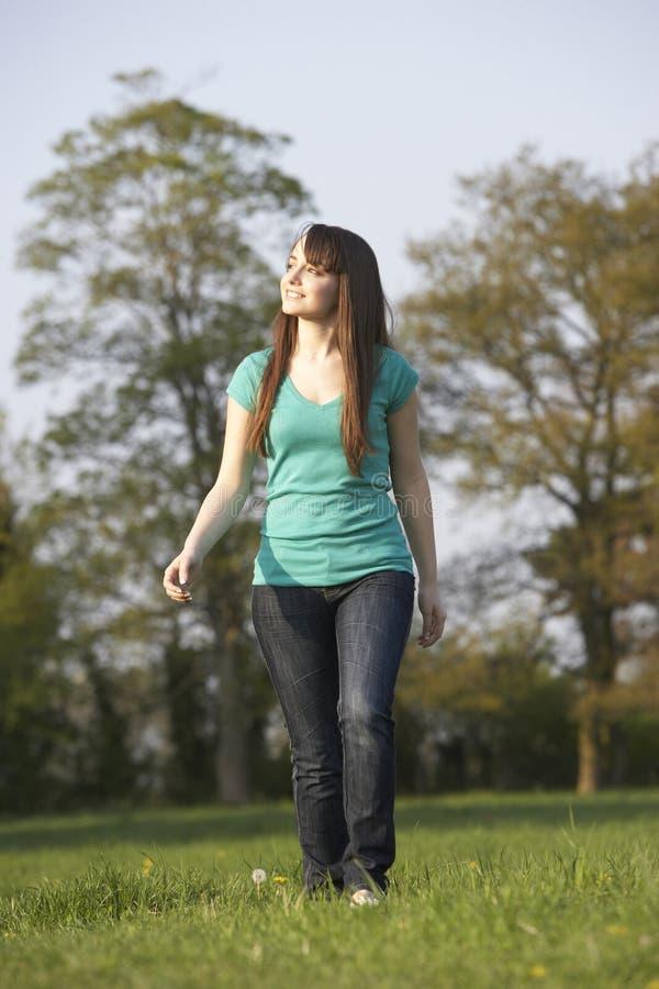 θερινό εφηβικό περπάτημα λ&iot στοκ εικόνα