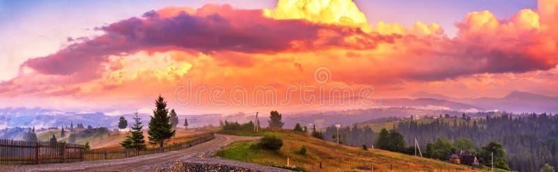 Θερινό ζωηρόχρωμο ηλιοβασίλεμα στα βουνά Πανόραμα του όμορφου eveni στοκ φωτογραφίες με δικαίωμα ελεύθερης χρήσης