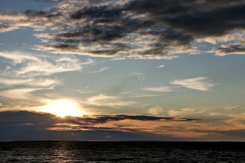 Θερινό ηλιοβασίλεμα στα νερά του Κόλπου της Φινλανδίας στοκ φωτογραφία