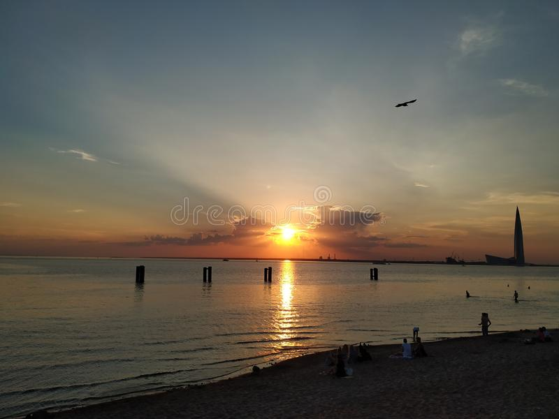 Θερινό ηλιοβασίλεμα στην Άγιος-Πετρούπολη στοκ φωτογραφία με δικαίωμα ελεύθερης χρήσης