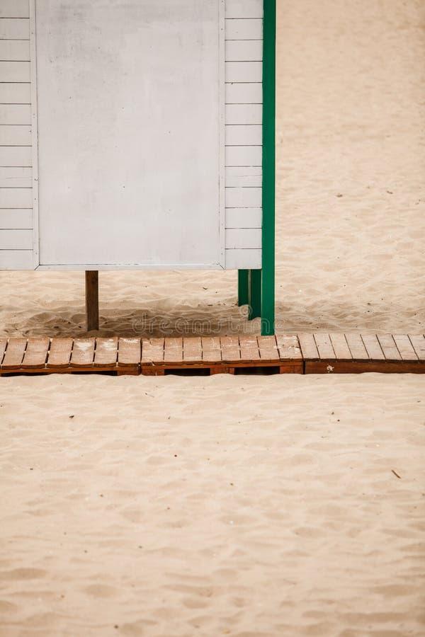 Θερινό θέρετρο Άσπρη καμπίνα επιδέσμου σε μια αμμώδη παραλία στοκ εικόνες με δικαίωμα ελεύθερης χρήσης