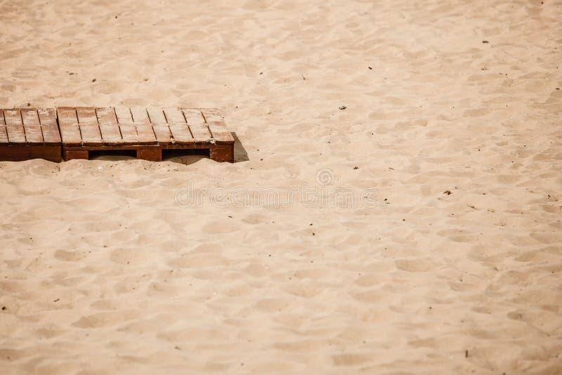 Θερινό θέρετρο Ξύλινο πεζοδρόμιο σε μια αμμώδη παραλία στοκ εικόνα