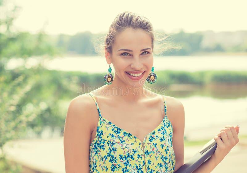 Θερινό κορίτσι Χαμογελώντας γυναίκα την ηλιόλουστη ημέρα έξω στο πάρκο από τη λίμνη στοκ φωτογραφία