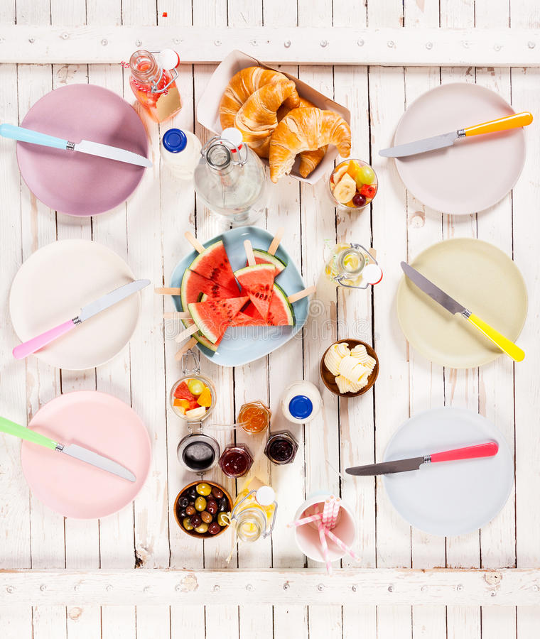 Θερινό μεσημεριανό γεύμα που εξυπηρετείται σε έναν πίνακα πικ-νίκ υπαίθρια στοκ φωτογραφία με δικαίωμα ελεύθερης χρήσης