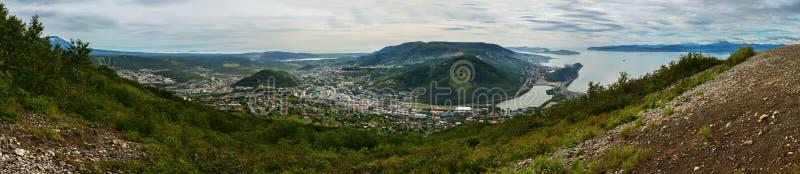Θερινό πανόραμα το κέντρο του κόλπου Πετροπαβλόσκ-Kamchatsky και Avacha Άποψη από τους λόφους Mishennaya στοκ φωτογραφία με δικαίωμα ελεύθερης χρήσης