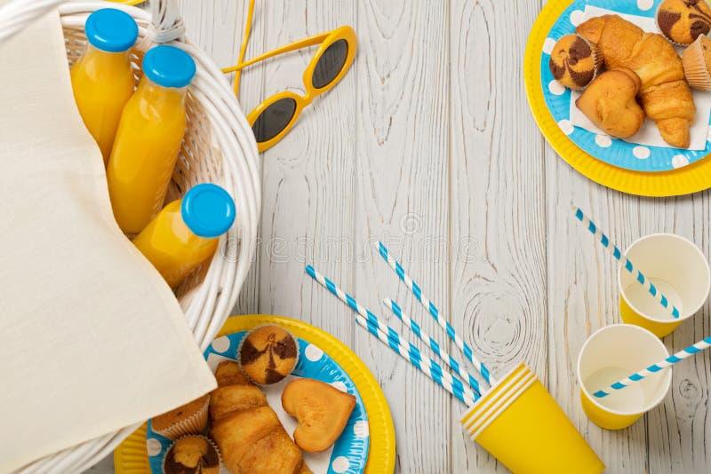 Θερινό πικ-νίκ Γλυκό πικ-νίκ - χυμός από πορτοκάλι και muffins, croissan στοκ φωτογραφίες