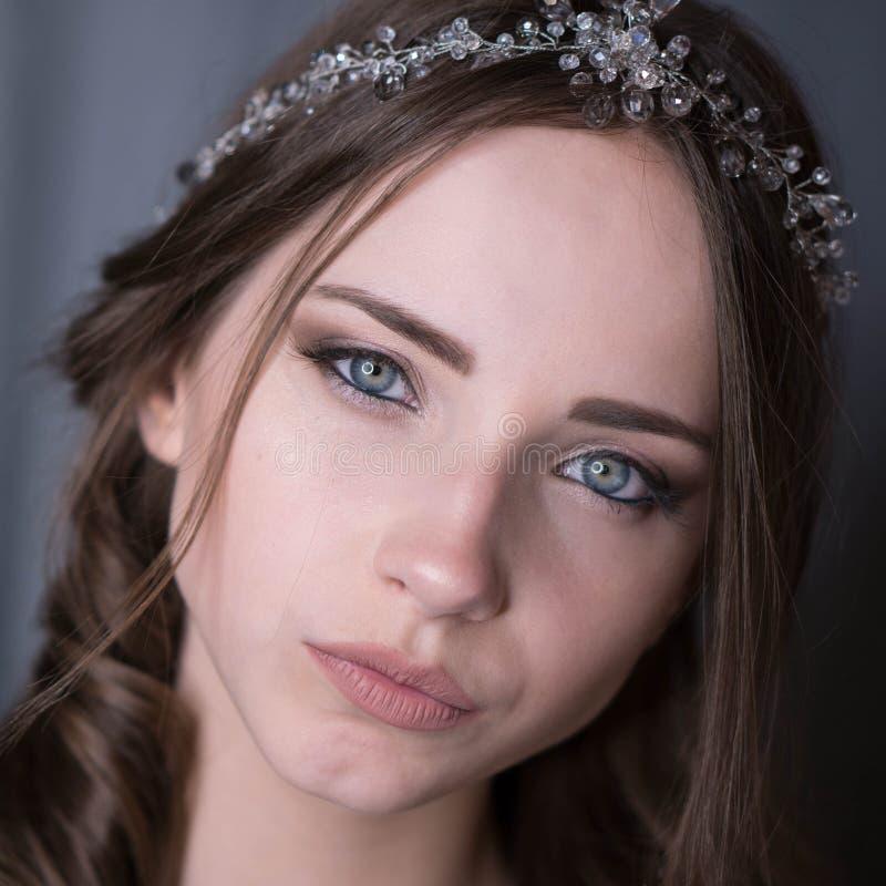 Θερινό πορτρέτο της νέας όμορφης κυρίας που φορά τη μακροχρόνια άσπρη τοποθέτηση φορεμάτων βραδιού στο στούντιο στοκ φωτογραφία με δικαίωμα ελεύθερης χρήσης