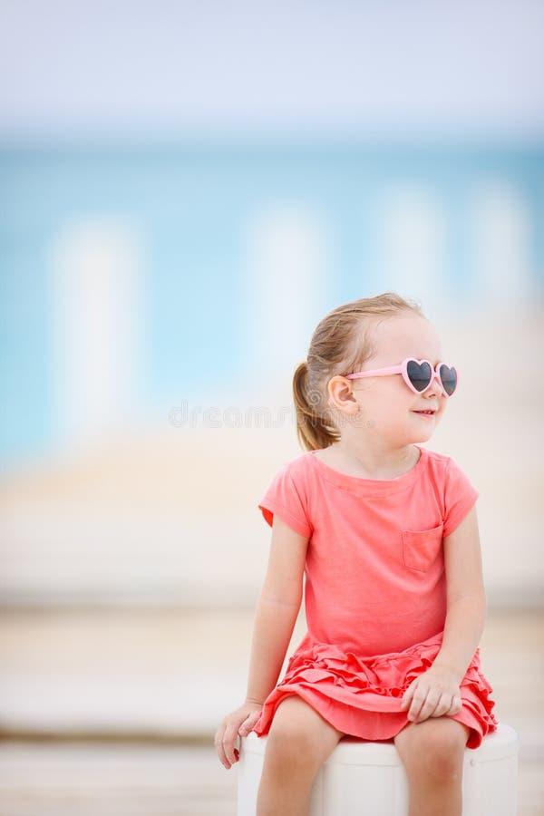 Μικρό κορίτσι υπαίθρια στοκ φωτογραφία με δικαίωμα ελεύθερης χρήσης