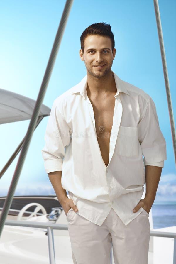 Θερινό πορτρέτο του όμορφου ατόμου στην πλέοντας βάρκα στοκ εικόνες με δικαίωμα ελεύθερης χρήσης