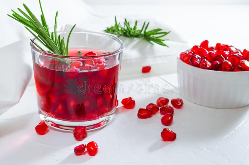 Θερινό ποτό με το ρόδι και το δεντρολίβανο E στοκ εικόνες