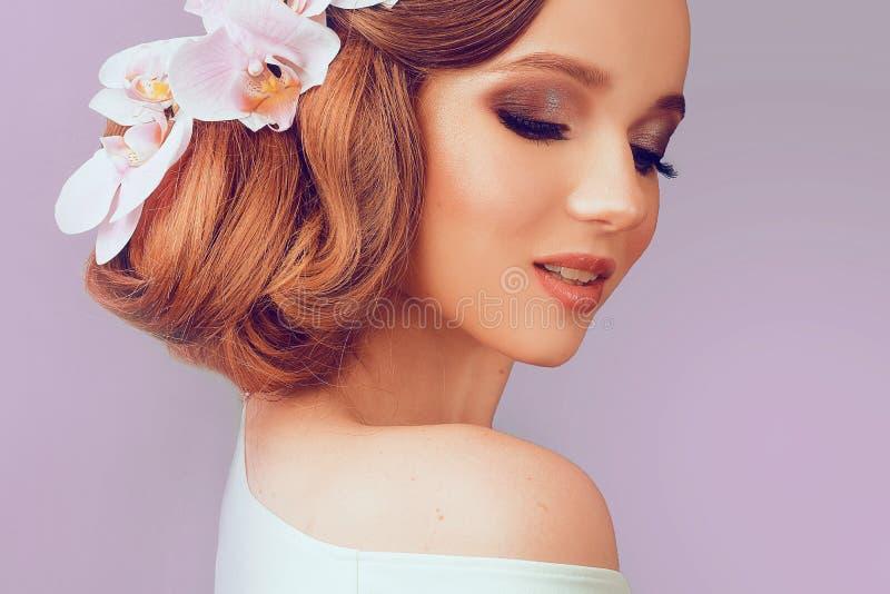 Θερινό πρότυπο κορίτσι ομορφιάς με το ζωηρόχρωμο ύφος τρίχας λουλουδιών Όμορφη κυρία με τα ανθίζοντας λουλούδια στο κεφάλι της Επ στοκ φωτογραφία