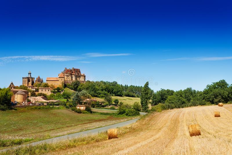 Θερινό τοπίο επαρχίας Biron, Γαλλία στοκ εικόνα