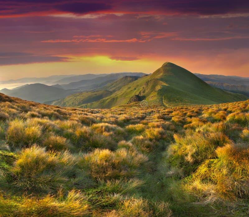 θερινό τοπίο στα βουνά. Ηλιοβασίλεμα με το dramati στοκ εικόνα