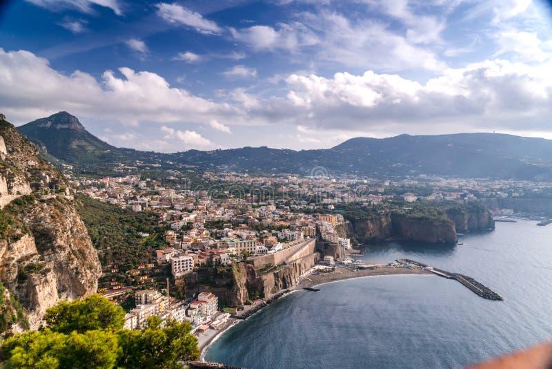 Θερινό τοπίο στα βουνά και τα σύννεφα μπλε ουρανού Υψηλός - ποιοτικό μήκος σε πόδηα, μικρή πόλη στην παραλία και βράχοι, ελιές, δ στοκ εικόνες