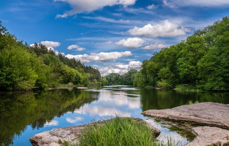 Θερινό τοπίο του ποταμού στοκ φωτογραφία με δικαίωμα ελεύθερης χρήσης