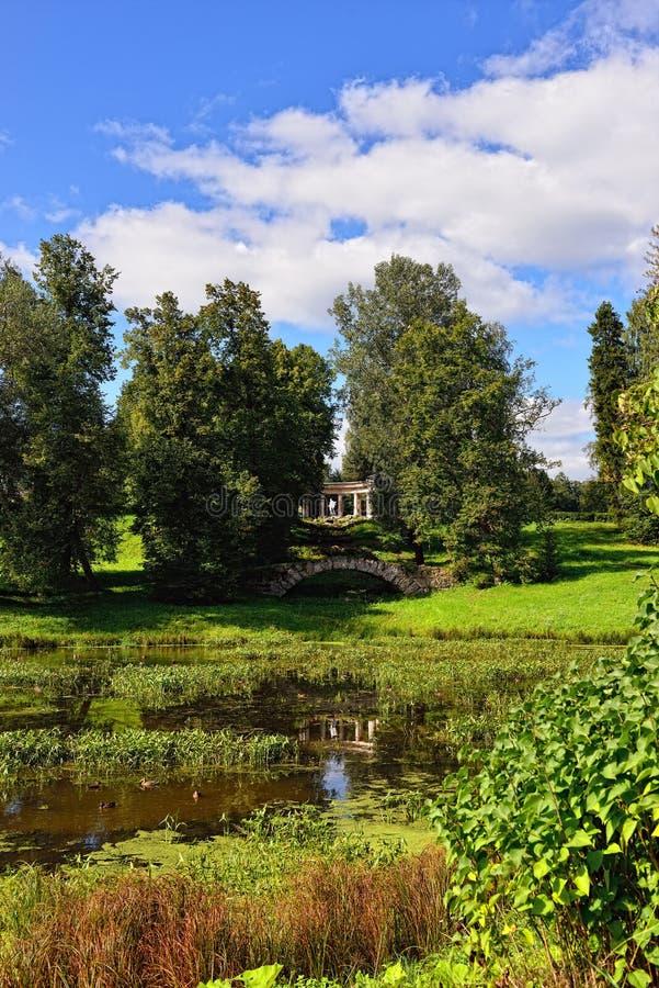 Θερινό τοπίο του Pavlovsk κήπου, κιονοστοιχία απόλλωνα στοκ εικόνα με δικαίωμα ελεύθερης χρήσης