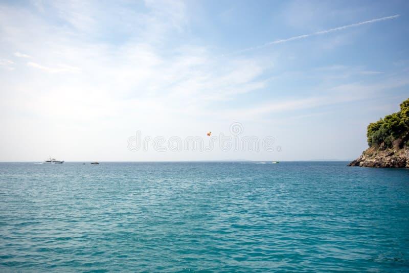 Θερινό τοπίο, τυρκουάζ θάλασσα κάτω από το μπλε ουρανό στοκ φωτογραφία με δικαίωμα ελεύθερης χρήσης