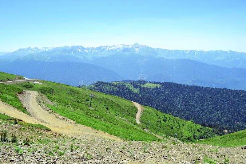 Θερινό τοπίο των καυκάσιων βουνών στοκ εικόνα με δικαίωμα ελεύθερης χρήσης