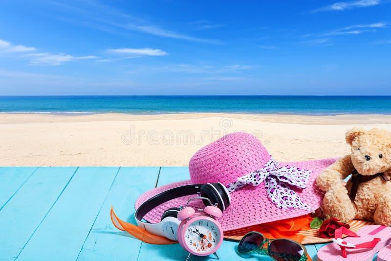 Θερινό υπόβαθρο του καπέλου και των εξαρτημάτων παραλιών για το χρόνο διακοπών στοκ φωτογραφίες με δικαίωμα ελεύθερης χρήσης