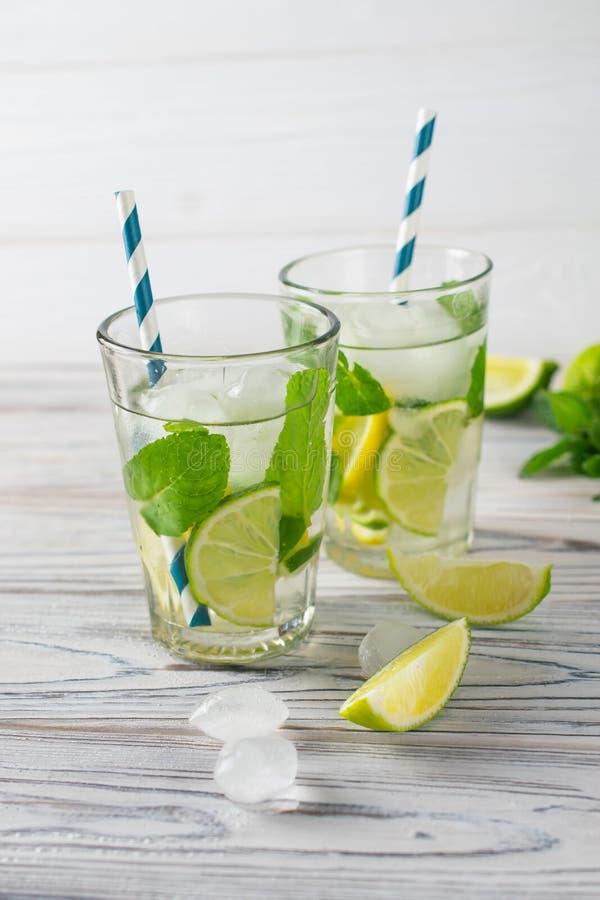 Θερινό detox υγιές οργανικό αναζωογονώντας νερό με το λεμόνι, τον ασβέστη και τη μέντα στοκ εικόνα