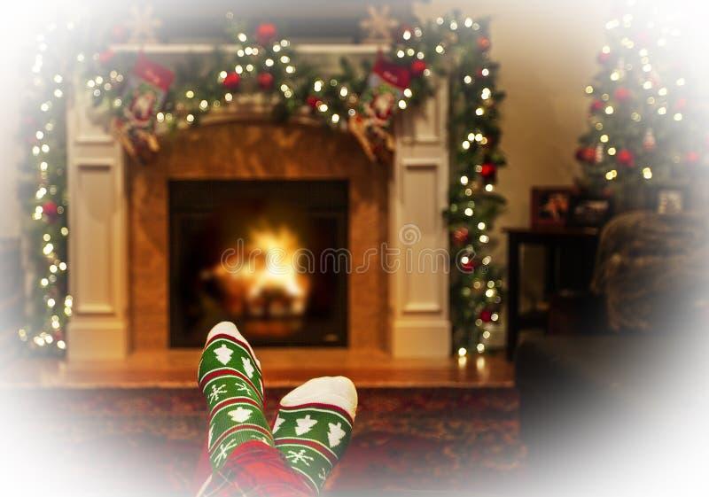 Θερμές πατούσες στις κάλτσες των Χριστουγέννων δίπλα στη φωτιά στοκ φωτογραφία με δικαίωμα ελεύθερης χρήσης