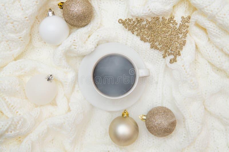 Θερμή άνετη χλεύη τοπ Χριστουγέννων άποψης χειμερινών επάνω Επίπεδος βάλτε στο άσπρο υπόβαθρο - φλιτζάνι του καφέ, πλεκτό καρό, π στοκ εικόνες με δικαίωμα ελεύθερης χρήσης