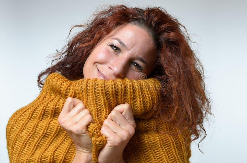 Θερμή ευτυχής γυναίκα που αγκαλιάζει στοργικά σε έναν χειμώνα Τζέρσεϋ στοκ εικόνες