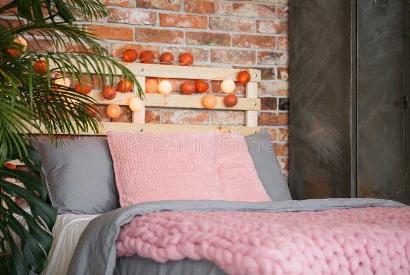 Θερμή κρεβατοκάμαρα με την εξουσίαση του ροζ στοκ φωτογραφία με δικαίωμα ελεύθερης χρήσης