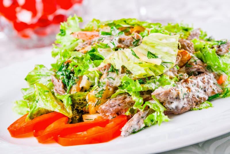 Θερμή σαλάτα με τα φύλλα βόειου κρέατος, ντοματών και μαρουλιού στοκ εικόνες