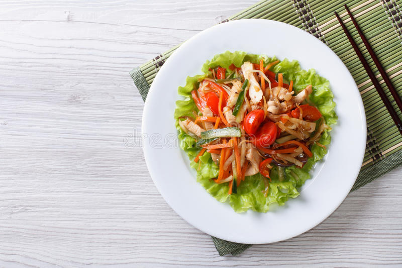 Θερμή σαλάτα με το κοτόπουλο και την οριζόντια τοπ άποψη λαχανικών στοκ εικόνες