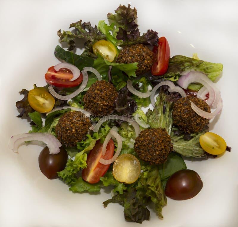 Θερμή σαλάτα με το falafel στοκ εικόνα με δικαίωμα ελεύθερης χρήσης