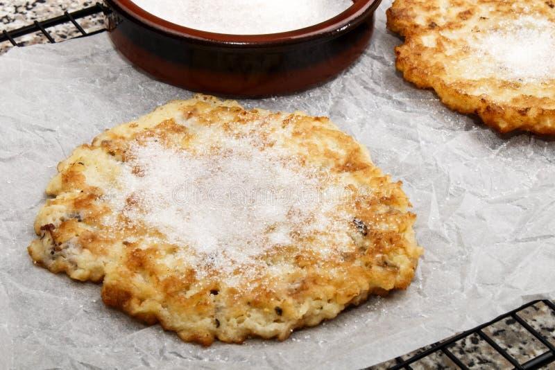 Θερμή τηγανίτα πατατών με τη ζάχαρη σε χαρτί κουζινών στοκ εικόνα